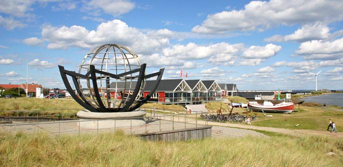 """""""Cyklus"""" mit das Museum """"Fiskeriets Hus"""" im Hintergrund"""